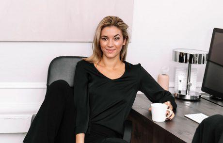 Kvinna vid ett skrivbord.