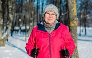 En kvinna är ute och motionerar på vintern.