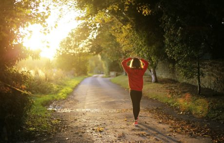 kvinna motionerar i solskenet