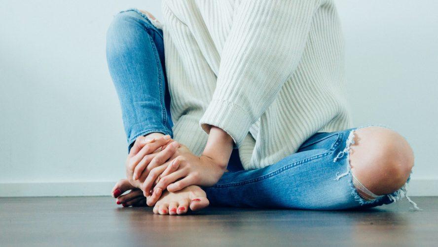 kvinna sittandes på golvet
