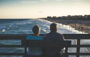 man och kvinna vid havet