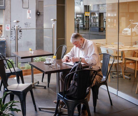 äldre man äter vid bordet
