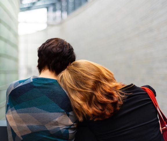 man och kvinna fotade bakifrån