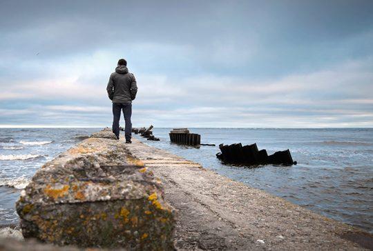 man som tittar mot havet