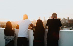 ungdomar tittar ut över staden