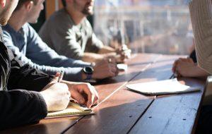 socialarbetare diskuterar vid ett bord