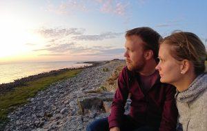 daniel och anna med ulcerös kolit tittar på havet