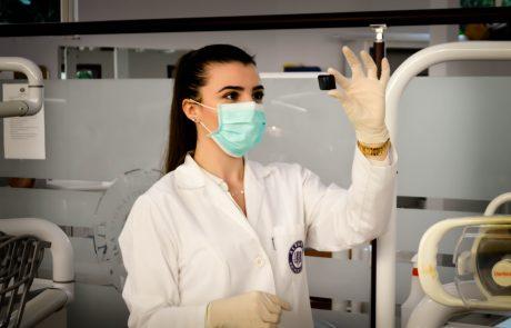 Kvinnlig doktor undersöker