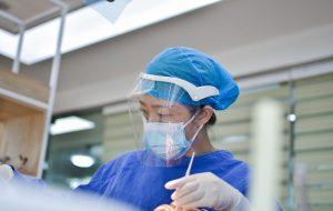 Sjuksköterska med skyddsvisir