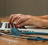 sköterska vid dator