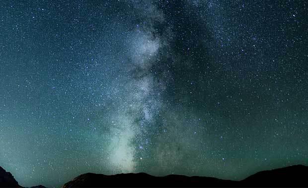 Natt och stjärnklar himmel. Foto: Unsplash