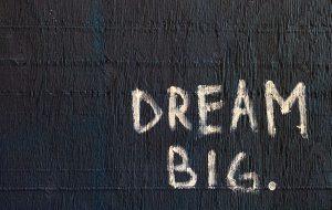 Betonvæg med 'Dream Big' påmalet i hvidt