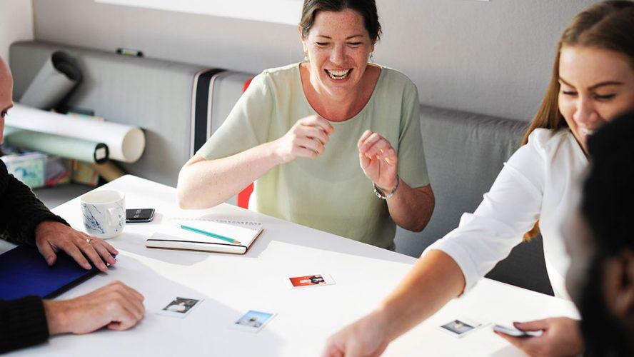 mangfoldig medarbejderteam holder møde og griner