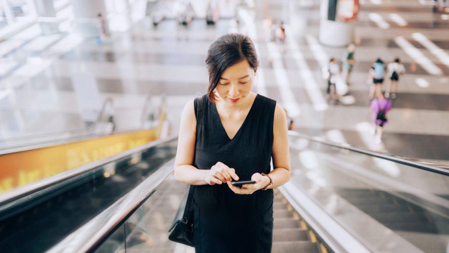 en kvinna i en rulltrappa, på jobbresa.