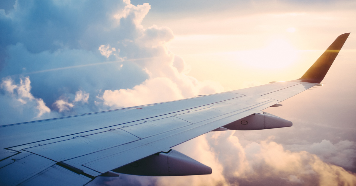 En flygplansvinge bland moln.