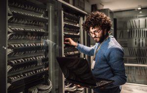 Man med krulligt hår och glasögon i service rummet