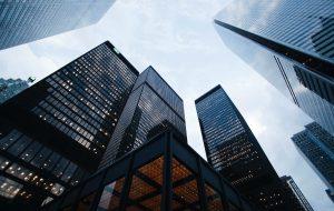 Fler höga byggnader reser sig mot himlen