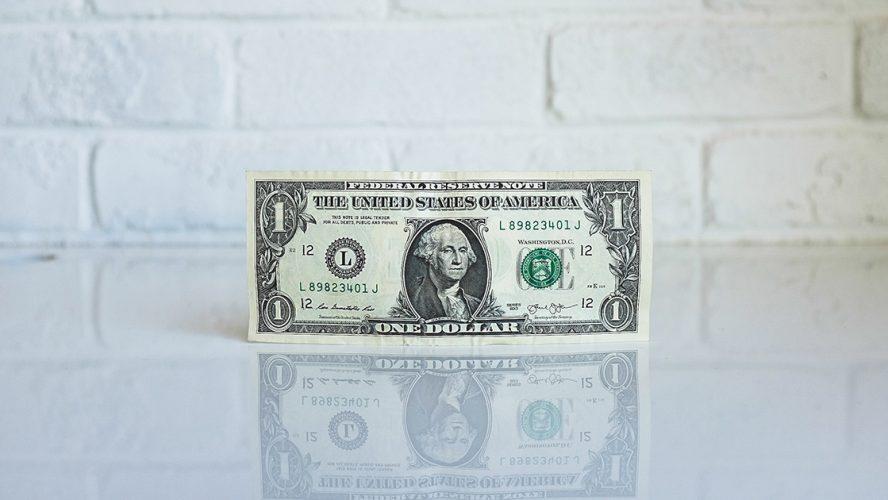 dolar na tle białej ceglanej ściany