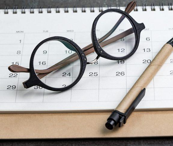 okulary leżące na kalendarzu