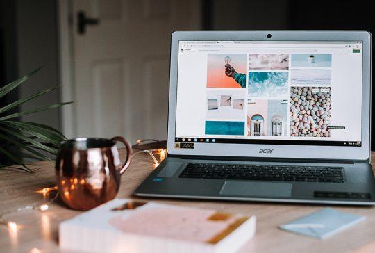 laptop na biurku ozdobionym świątecznie