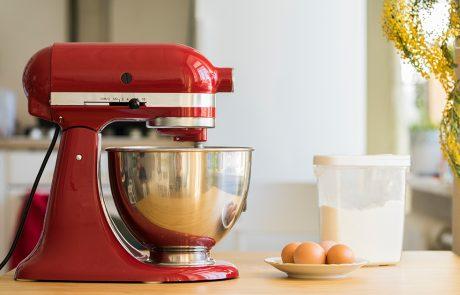 robot kuchenny na blacie w kuchni