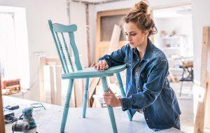 Kvinde maler stol
