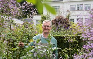 Claus Dalby i sin blomsterhave