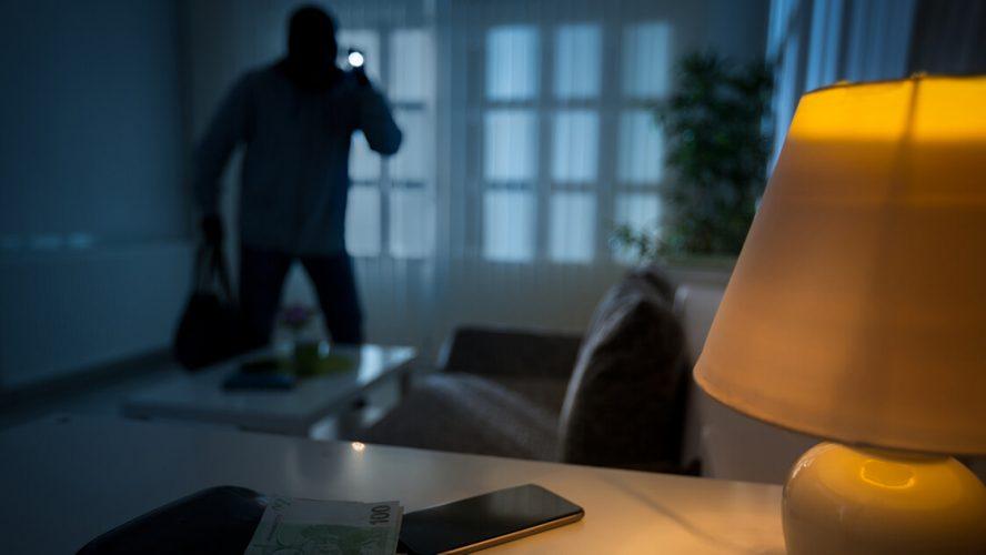 Indbrudstyv med lommelygte er brudt ind i hjem
