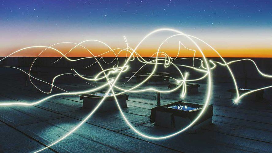 Timelapse med lyskilder på tag i solnedgang