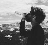bjergbestiger drikker vand i bjergene