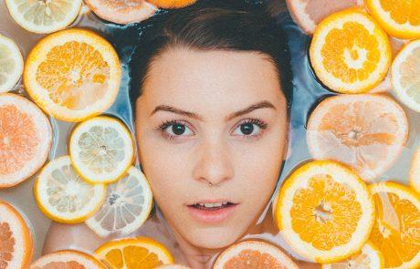 Kvinde bader med skivede citrusfrugter