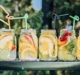 6 patentglas fyldt med lækker juice og sugerør