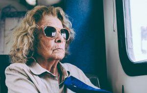 Ældre stilfuld kvinde i bus