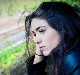 Ung trist kvinde ser på alt og ingenting