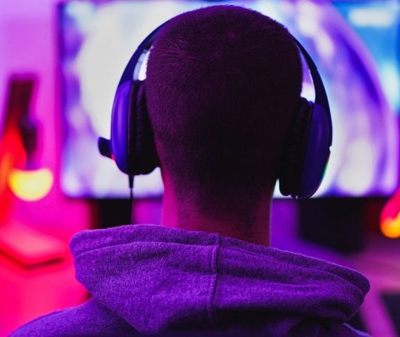young man gaming cybernb