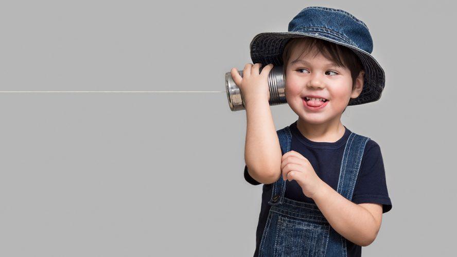 mały-chłopiec-bawiący-się-888x500