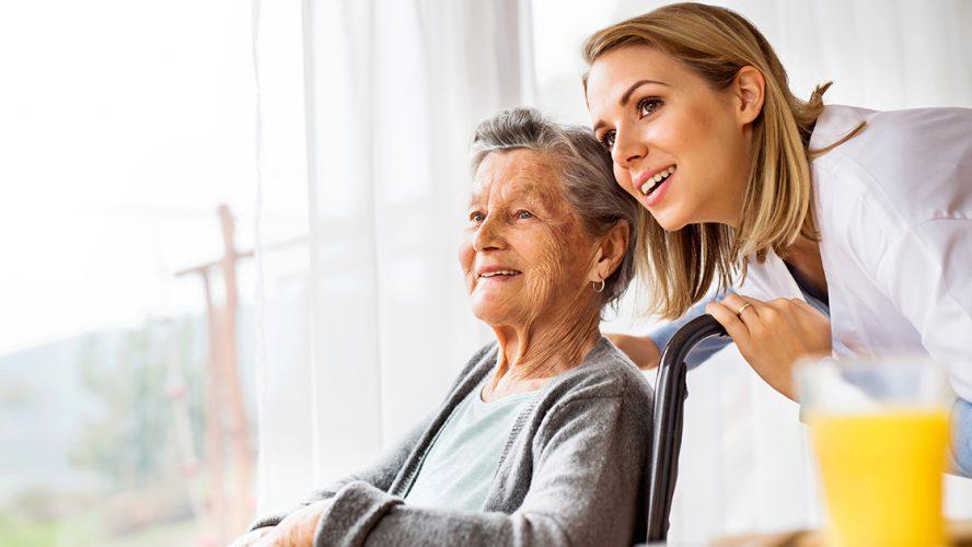 Lege og eldre pasient