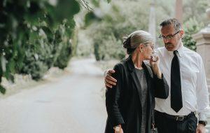 Mann trøster kone etter begravelse