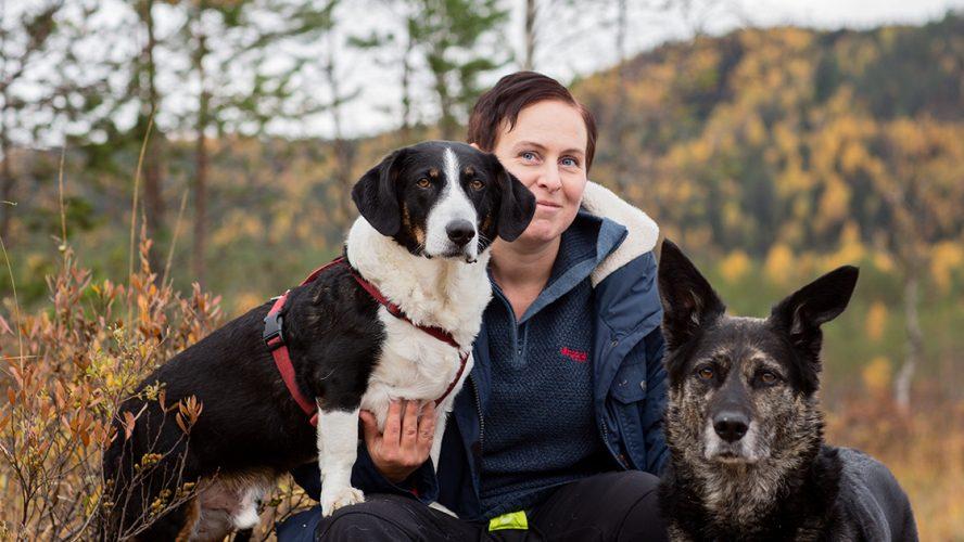 Tiina Jor med hundene Kaisa og Whiskey