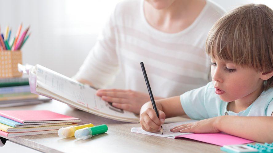 Mor og barn gjør lekser