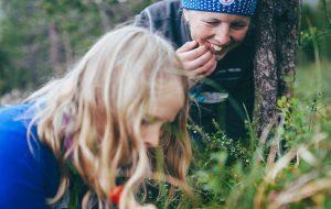 Barn studerer gresset