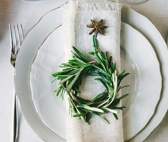 świątecznie przystrojony talerz na wigilijny obiad
