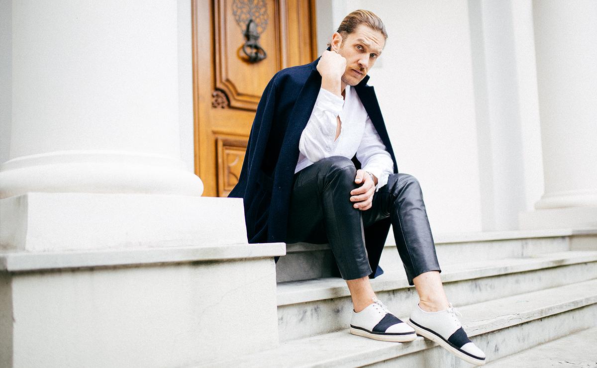Mieć swój styl czy podążać za modą? Okazywać swoje uczucia czy być mocnym jak skała? Jaki musi być mężczyzna XXI wieku? A może nic nie musi?