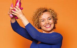Joanna Keszka na pomarańczowym tle