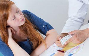 kobieta podczas wizyty u lekarza omawiająca antykoncepcję hormonalną