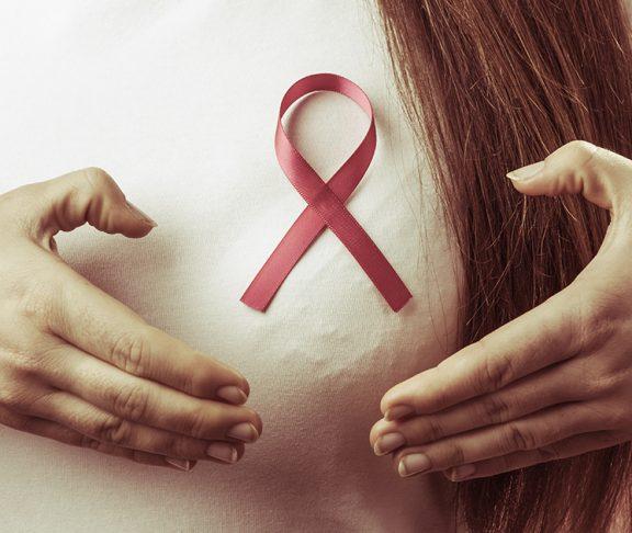 kobieta ze wstążką symbolizującą walkę z rakiem piersi