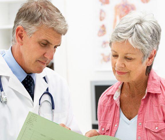 starsza kobieta podczas wizyty u lekarza