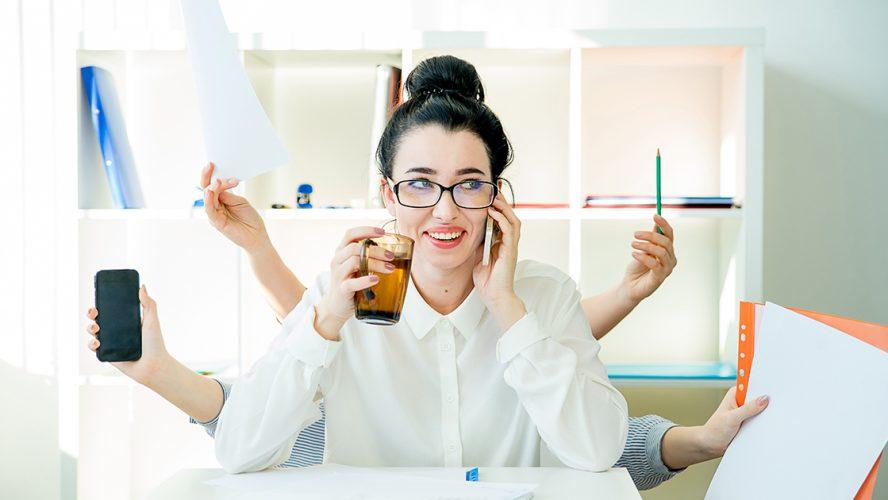 zapracowana kobieta w biurze rozmawiająca przez telefon