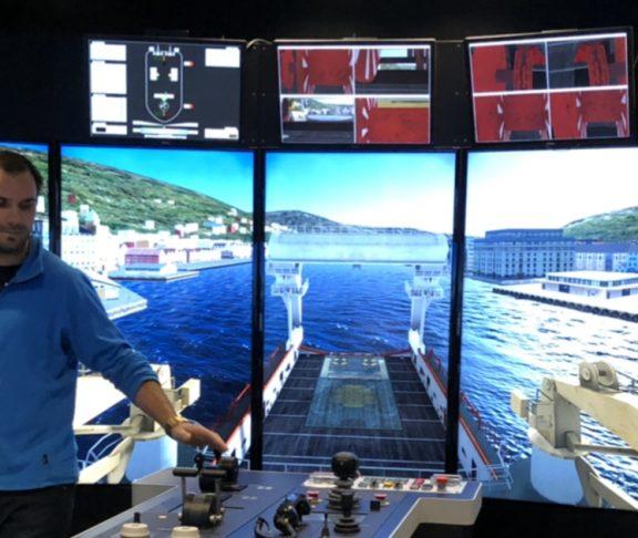 Styrer båt med simulator