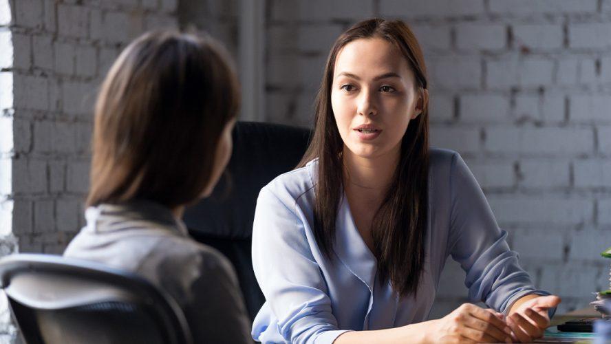Jente prater med sjefen
